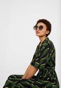 QUAY AUSTRALIA - FIREFLY - Sunglasses - black/gold - 1