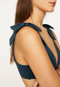 OYSHO - NECKHOLDER-BIKINIOBERTEIL MIT SCHLEIFEN 30704333 - Bikini top - dark blue - 4