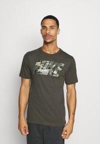 Nike Performance - DRY TEE BLOCK - Print T-shirt - sequoia/mystic stone - 0