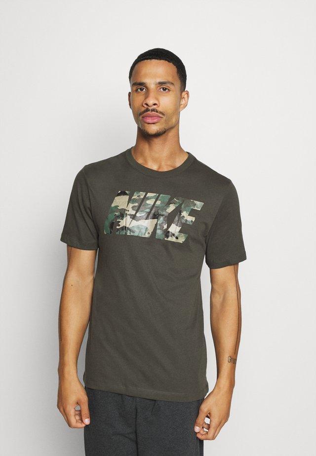 DRY TEE BLOCK - T-shirt imprimé - sequoia/mystic stone