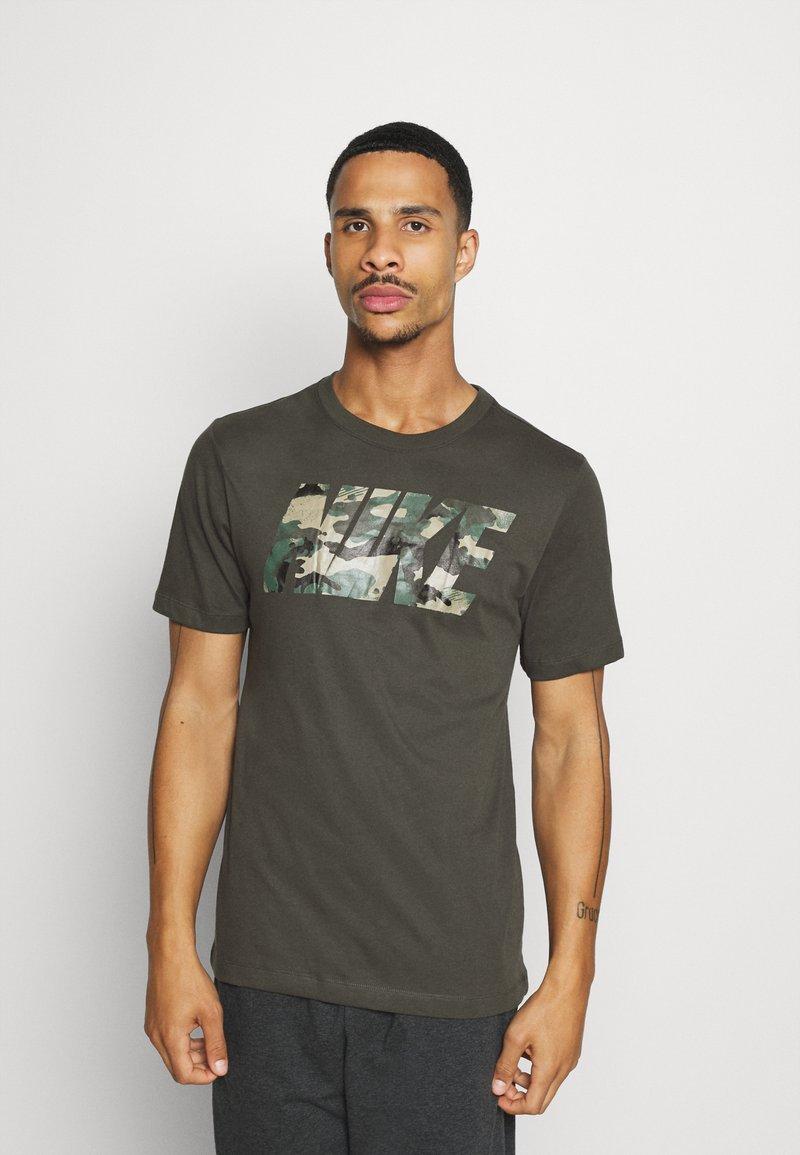 Nike Performance - DRY TEE BLOCK - Print T-shirt - sequoia/mystic stone
