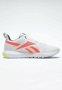 Reebok - FLEXAGON FORCE 3.0 MEMORYTECH - Obuwie do biegania treningowe - white - 7