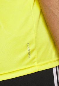 The North Face - MEN'S REAXION AMP CREW - Basic T-shirt - lemon - 5