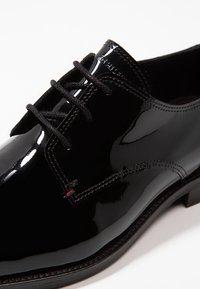 Tommy Hilfiger - ESSENTIAL LACE UP - Zapatos con cordones - black - 5