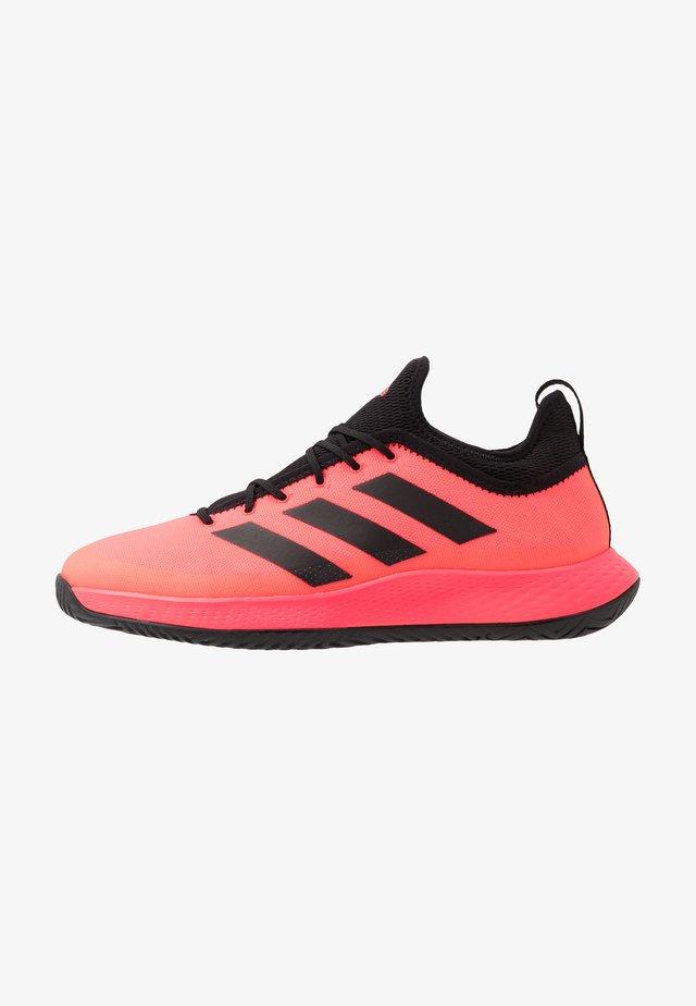 DEFIANT GENERATION - Tennisschoenen voor alle ondergronden - signal pink/core black