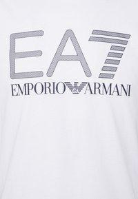 EA7 Emporio Armani - T-shirt con stampa - white/black - 5