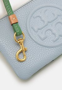 Tory Burch - PERRY BOMBE COLOR BLOCK TOP-ZIP CARD CASE - Wallet - icicle - 3