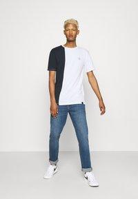 Newport Bay Sailing Club - SPLIT - Print T-shirt - navy/white - 1