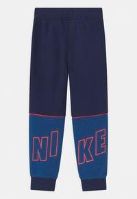 Nike Sportswear - LOGO GRAPHIC - Jogginghose - blue void - 1