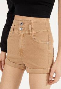 Bershka - UND UMGESCHLAGENEM SAUM  - Denim shorts - brown - 4