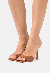 Guess - SEALA - Pantofle na podpatku - cognac - 0