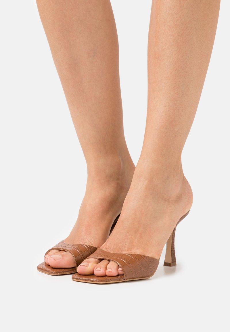 Guess - SEALA - Pantofle na podpatku - cognac