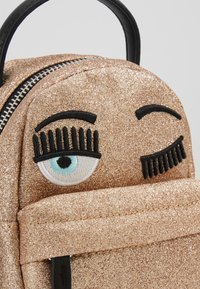 CHIARA FERRAGNI - FLIRTING GLITTER MINI BACK PACK - Rucksack - gold - 7