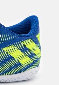 adidas Performance - NEMEZIZ .4 IN UNISEX - Indoor football boots - royal blue/solar yellow/footwear white - 5