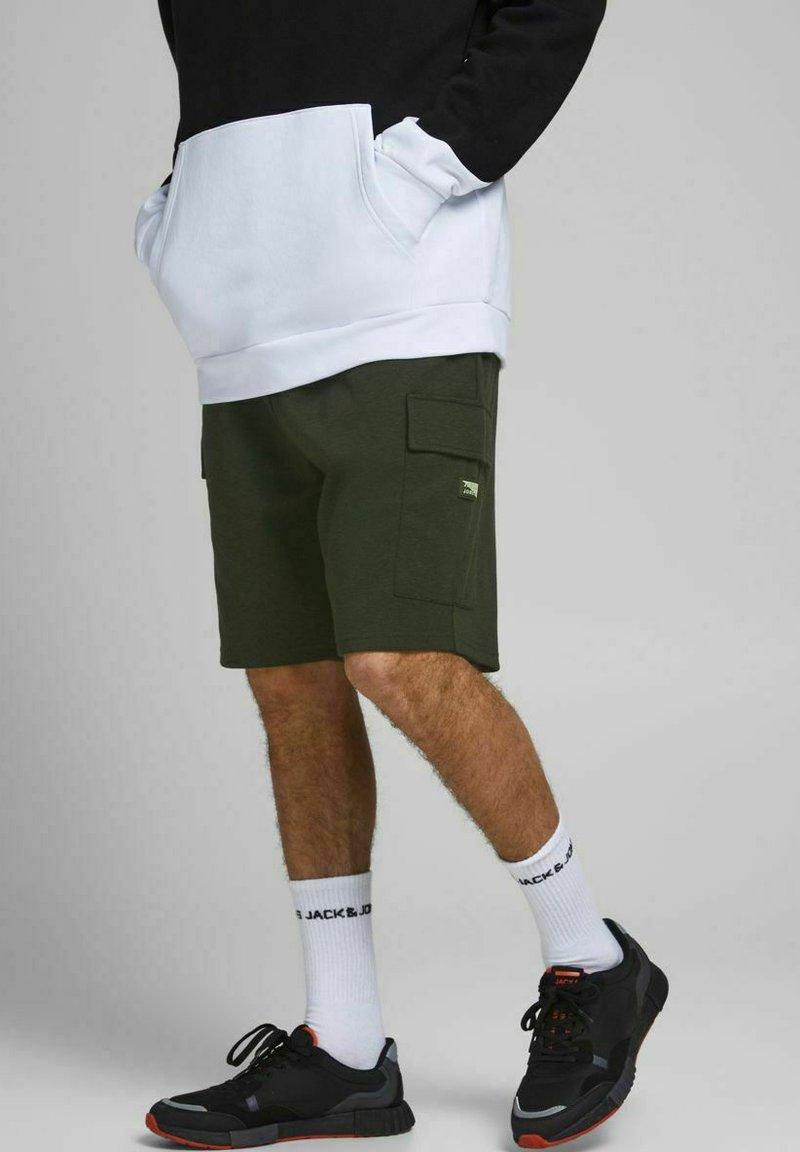 Jack & Jones - AIR CARGO - Shorts - deep lichen green