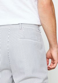 Selected Homme - SLHSLIM YONG WHITE STRIPE SUIT - Oblek - white/blue - 8