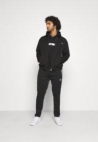 Calvin Klein - BOLD STRIPE LOGO HOODIE - Huppari - black - 1