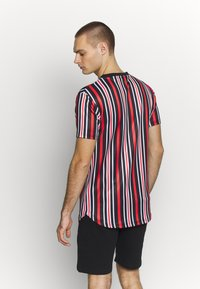 Supply & Demand - PIN VERTICAL STRIPE - T-shirt con stampa - black/red - 2
