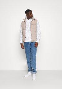 Nike Sportswear - CLUB HOODIE CAMO - Sweatshirt - summit white/white - 1
