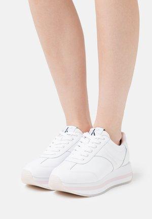 RUNNER FLATFORM LACEUP - Sneakersy niskie - bright white