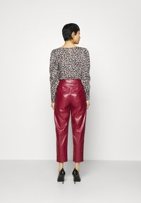 Closet - PLEATED TROUSER - Trousers - maroon - 2