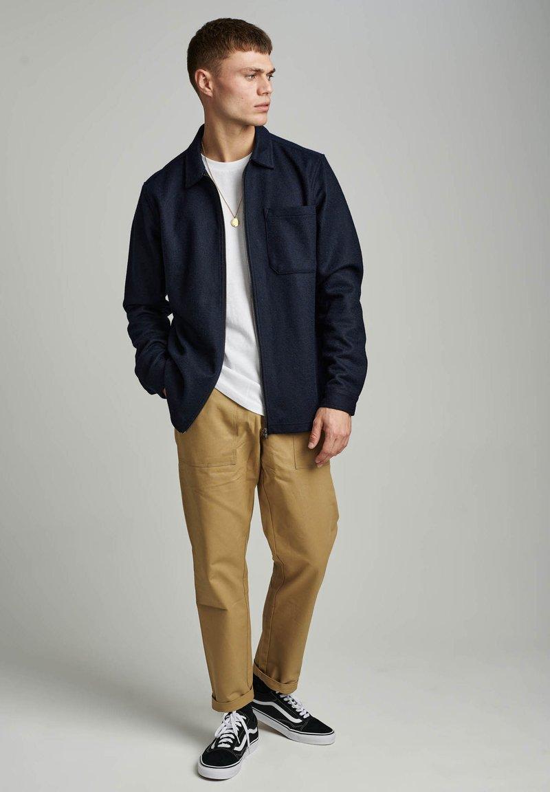 Anerkjendt - AKOSCAR  - Summer jacket - sky captain