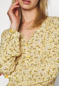 Monki - MINNA DRESS - Robe longue - yellow medium/dusty - 5