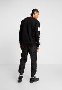 Penn - MENS GRAPHICA TRACK PANT - Tracksuit bottoms - black - 2
