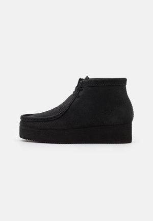 WALLABEE WEDGE - Zapatos con cordones - black
