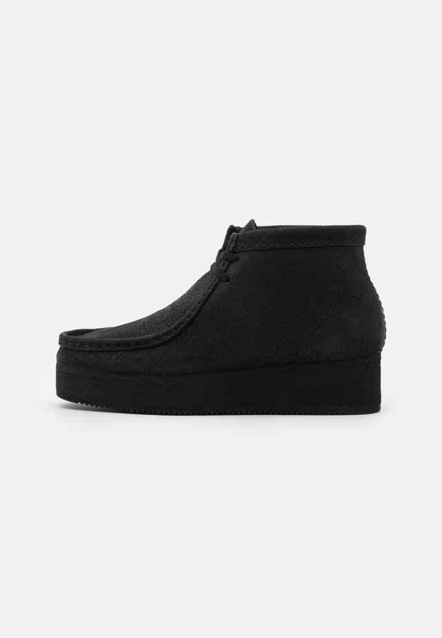 WALLABEE WEDGE - Nauhakengät - black