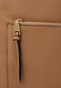 New Look - CLIVE ZIP AROUND BACKPACK - Ryggsekk - camel - 3