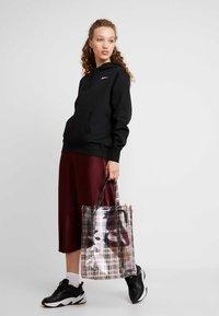 Nike Sportswear - W NSW HOODIE FLC TREND - Bluza z kapturem - black/white - 1