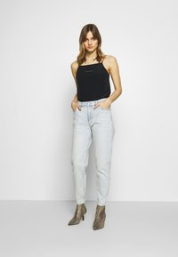Calvin Klein Jeans - MOM  - Relaxed fit jeans - bleached blue - 1