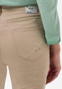 BRAX - STYLE MARY  - Pantalon classique - sand - 4