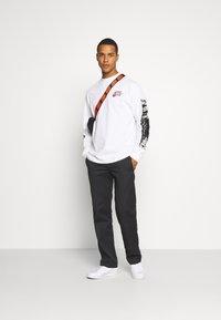Nike Sportswear - MOCK TEE PUNK PACK - Top sdlouhým rukávem - white - 1