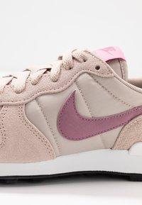 Nike Sportswear - INTERNATIONALIST - Matalavartiset tennarit - fossil stone/plum dust/magic flamingo/summit white - 2