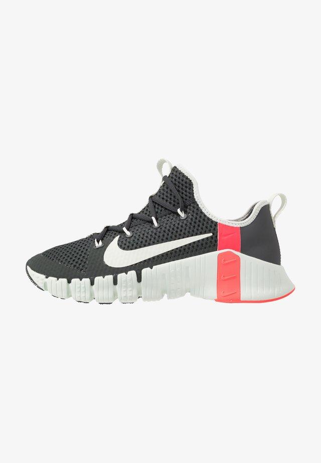 FREE METCON 3 - Sports shoes - dark smoke grey/spruce aura/laser crimson