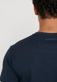 Hackett Aston Martin Racing - AMR WINGS TEE - T-shirt z nadrukiem - navy - 4