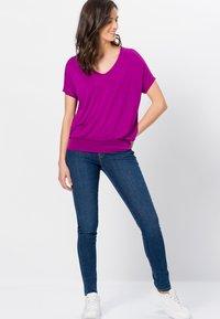 zero - Print T-shirt - magenta rouge - 1
