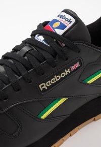 Reebok Classic - Sneakersy niskie - black/baseball green/hero yellow - 5
