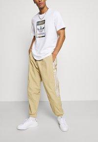 adidas Originals - LOCK UP UNISEX - Verryttelyhousut - beige tone - 3