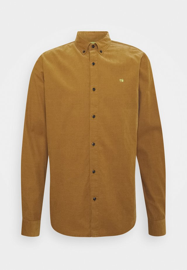 CLASSIC BUTTON DOWN REGULAR FIT - Camisa - camel