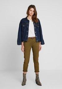 Scotch & Soda - WITH GIVEAWAY BELT - Chino kalhoty - military green - 1