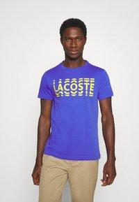 Lacoste - T-shirt imprimé - obscurite/citron - 0
