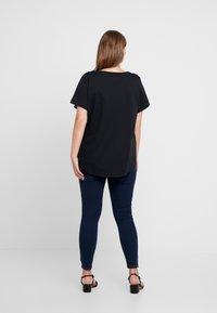 Nike Sportswear - FUTURA PLUS - Camiseta estampada - black/white - 2