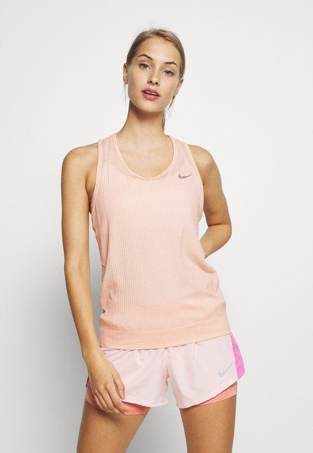 W NK INFINITE TANK - Sports shirt - washed coral