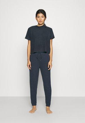 T-SHIRT AND SLIM CUFF PANT  - Pyjamas - magnet blue