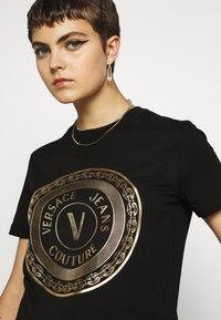 Versace Jeans Couture - T-shirt imprimé - black - 3