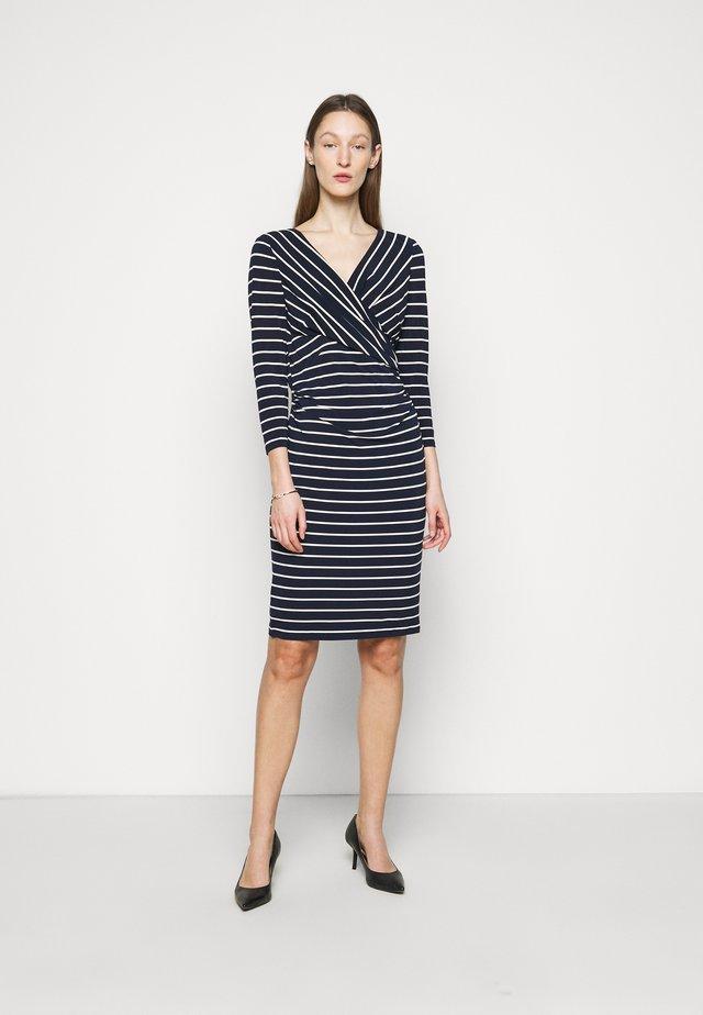 PRINTED MATTE DRESS - Pouzdrové šaty - lighthouse navy