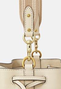 Coach - SIGNATURE FIELD BUCKET BAG - Handbag - stone ivory - 3